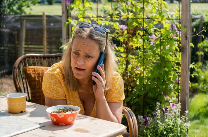 TELEFONSVARER: Pørni ringer sin avdøde søsters telefonsvarer, for å opprettholde kommunikasjonen med henne. FOTO: Marius Bjellebø // Viaplay