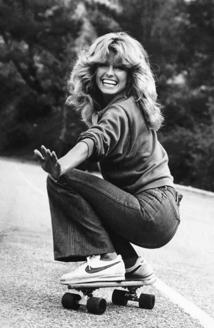 AVSLAPPET OG GLAMORØS: Man skulle tro Farrah Fawcett skulle på ball med den lekre sveisen der, men her er hun altså iført sneakers og jeans! Foto: NTB