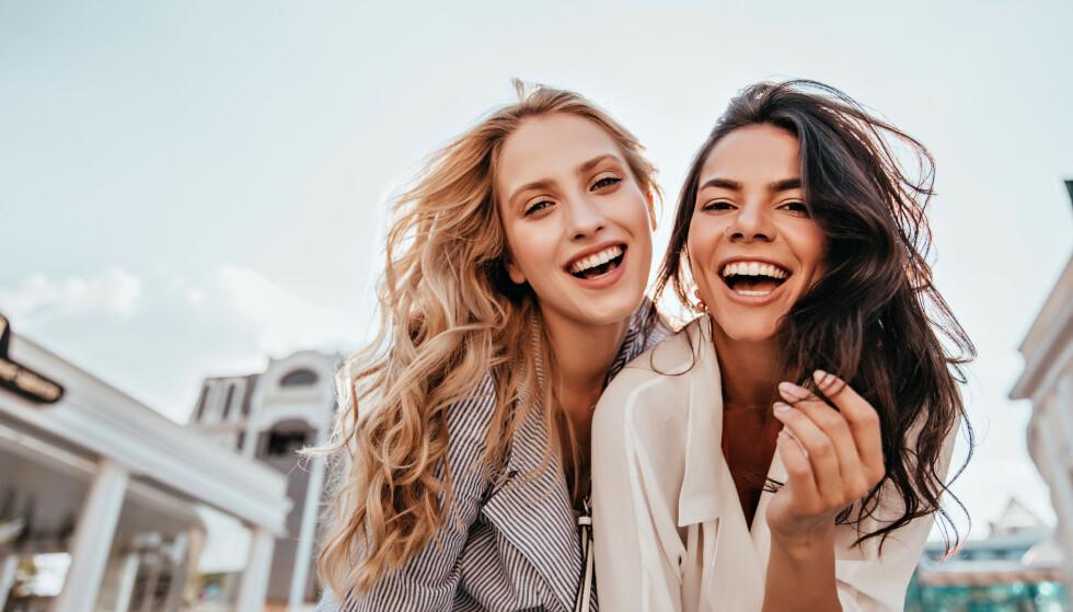 HVEM ER SMARTEST? Selv om du nok innerst inne vet at hårfargen ikke påvirker intelligensen, har vi mange ubevisste fordommer. FOTO: NTB