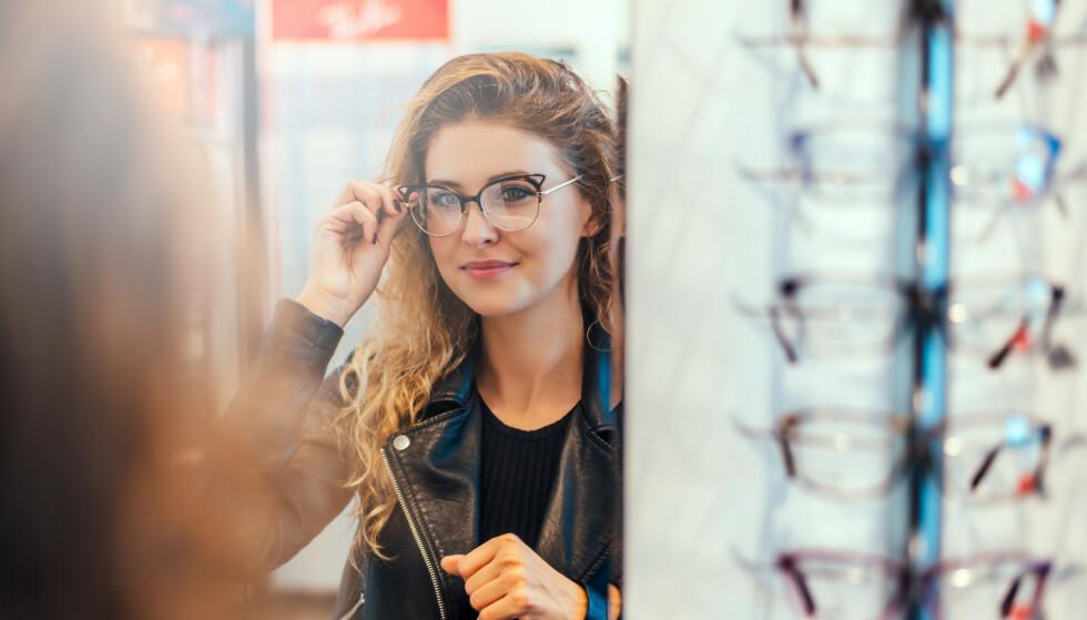 BRILLEJAKT: Det er tusenvis av kroner å spare på å velge riktig brille. Foto: NTB