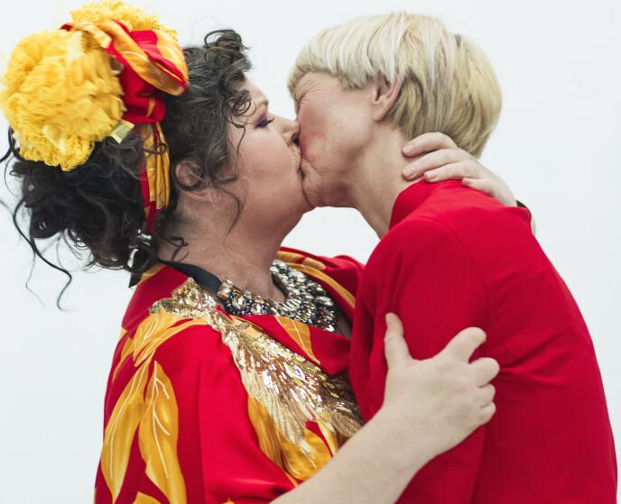 KYSS: - Jeg bare MÅ kysse deg, Pernille! FOTO: Astrid Waller