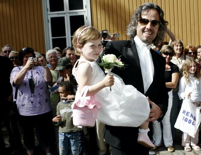 FAR OG DATTER: Ari Behn og datteren Maud fotografert på vei inn til foreldrene Marianne og Olavs bryllup i 2007. FOTO: Sara Johannessen Meek / NTB