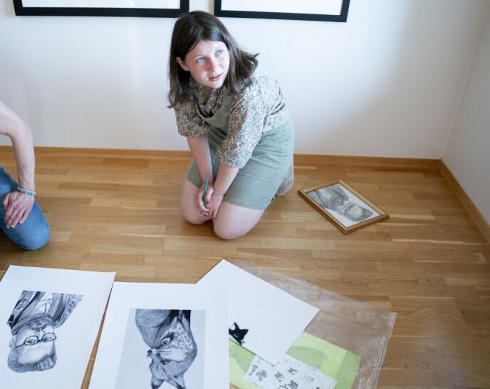 KUNSTNERTALENT: Maud signerer tegningen hun lagde av sin far Ari Behn under en presentasjon av utstilling med Ari Behns verker på Galleri Varden på Jeløya i 2020. FOTO: Fredrik Hagen / NTB