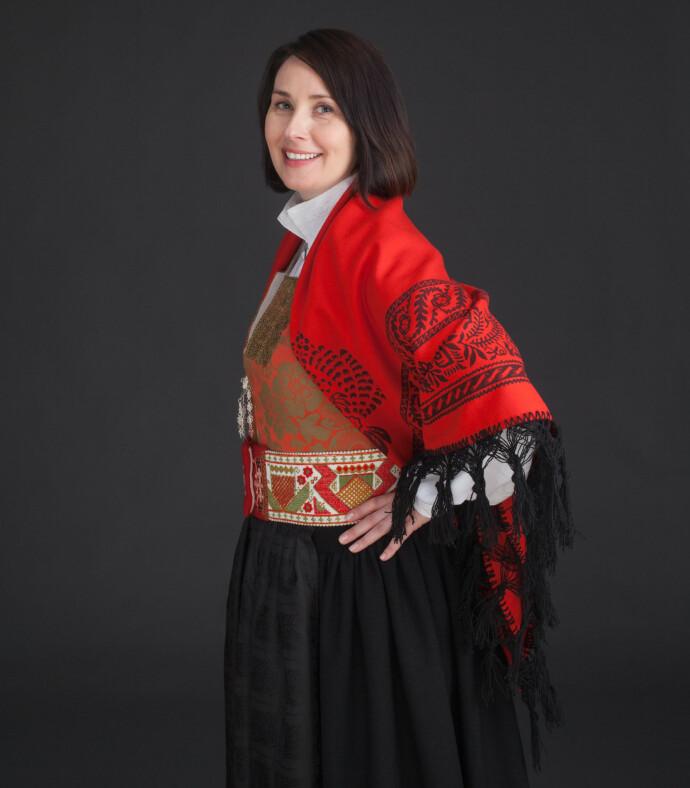 BRUTT ALLE REGLER: Historiker og forfatter Unni Irmelin Kvam i sin vakre Rindalsbunad. Men hun innrømmer å ha sine bunadssvin på skogen. FOTO: Jan Alsaker /Nook