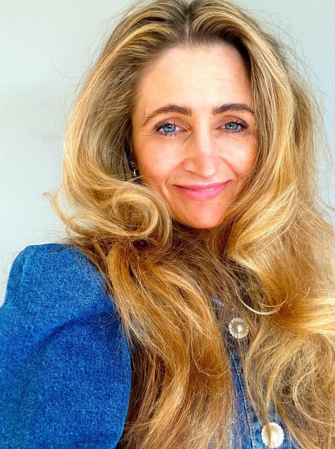 ETTER: Se så flott Siv ble med 2021-versjonen av Farrah Fawcetts hår! Wow! Foto: NTB