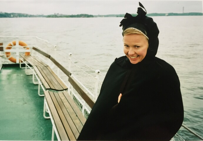 OPP AV ASKEN: Journalisten på vei til bryllup på Lidingö i Stockholms skärgård i sin Tromsø-bunad. Nordnorsk cape og kyse kom godt med i blesten. FOTO: Privat