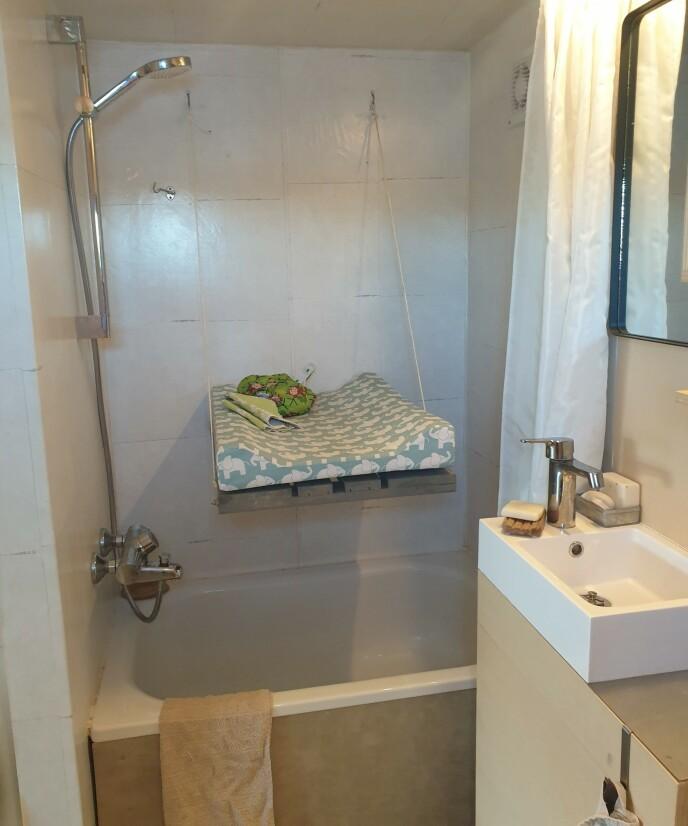 MAKS UTNYTTELSE: På det lille badet har paret både fått plass til badekar og en selvlaget løsning for stellebordet som kan heves opp og ned. FOTO: Privat