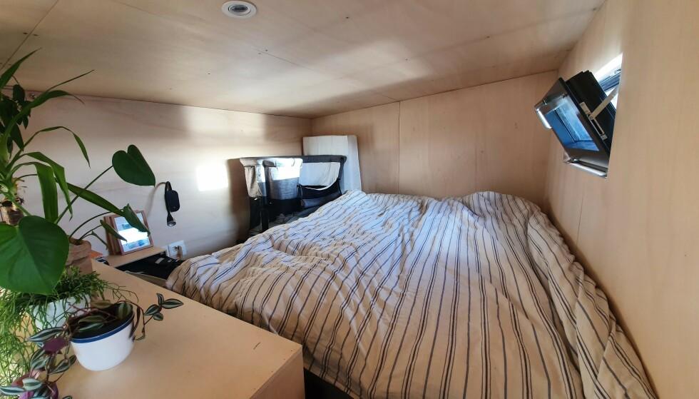 KOSELIG «SOVEROM»: Foreløpig sover hele familien sammen oppe på hemsen. FOTO: Privat