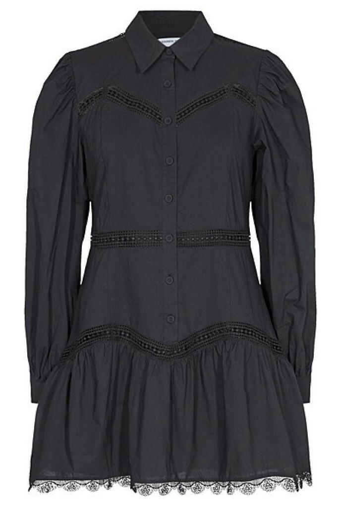 Skjortekjole med blonder (kr 3700, Designers Remix).