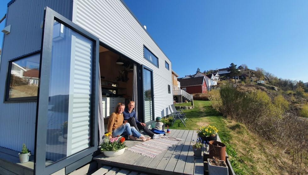 DESIGNET HUSET SELV: Mikrohuset er høyt og smalt og er bygget på en spesiallaget tilhenger, noe som gjorde at de kunne ta med seg huset sitt da de flyttet fra Sogn og Fjordane til Sørlandet. FOTO: Privat