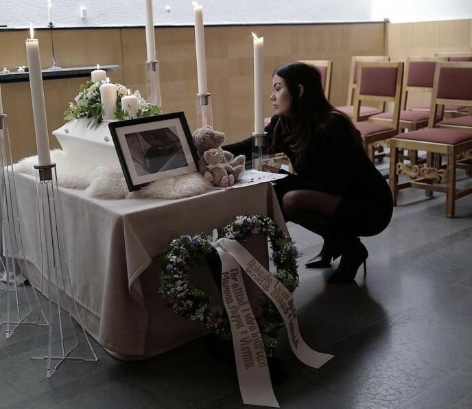 AVSKJED: Danijela tar farvel med sønnen. Foto: Privat
