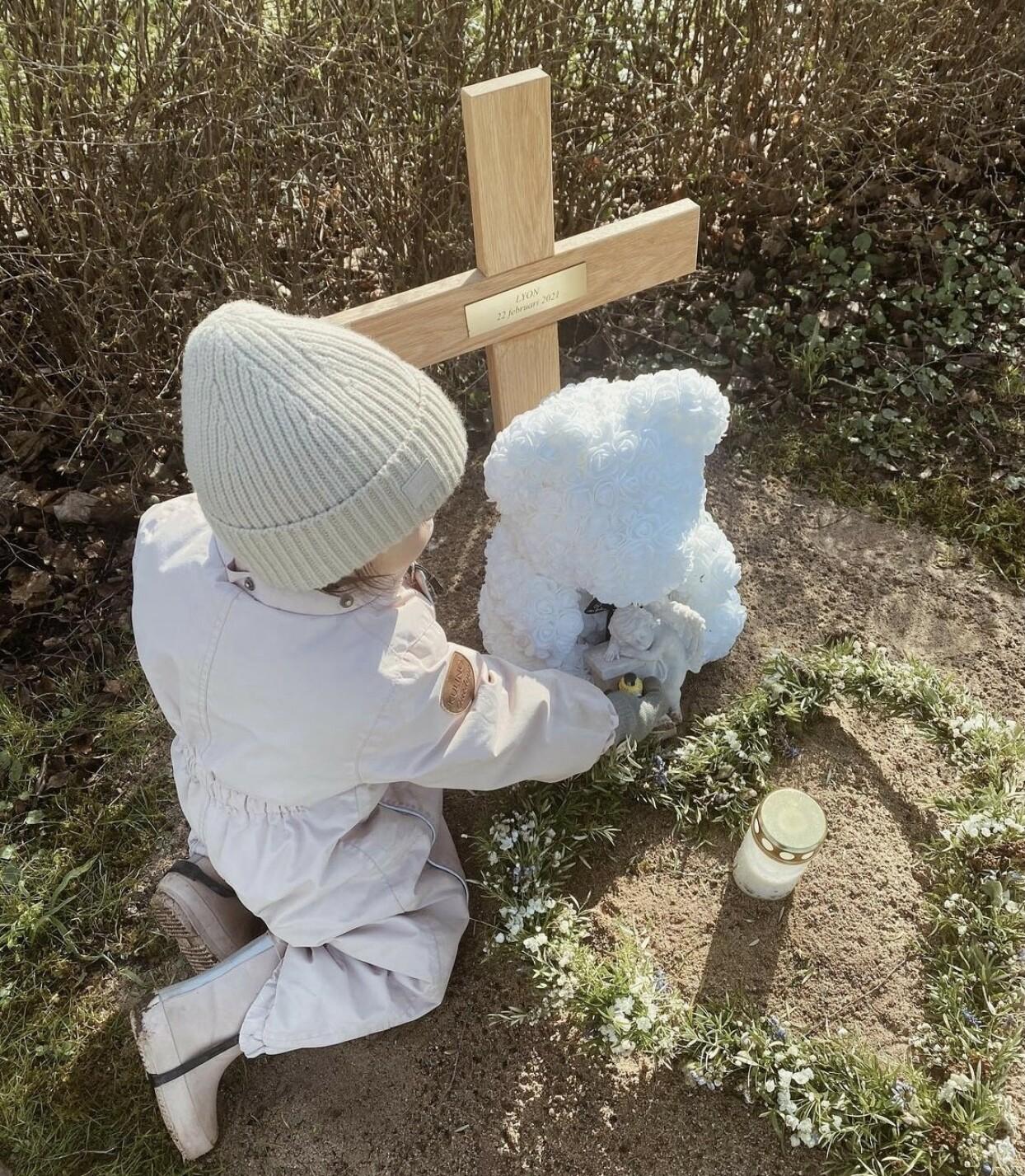 BESØKER GRAVEN: Vienna på graven til lillebror. Foto: Privat