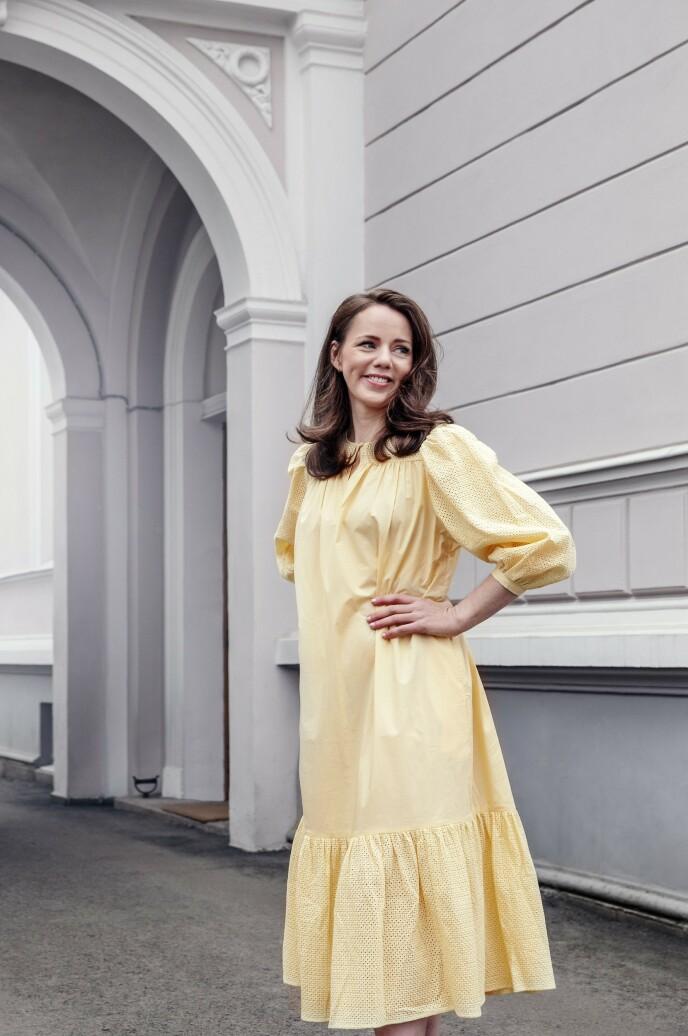 Kjole (kr 3800, By Malene Birger). Tips! Gult er en av sesongens trendfarger. Gå for en nydelig solbleket gultone på sommerkjolen i år. FOTO: Yvonne Wilhelmsen