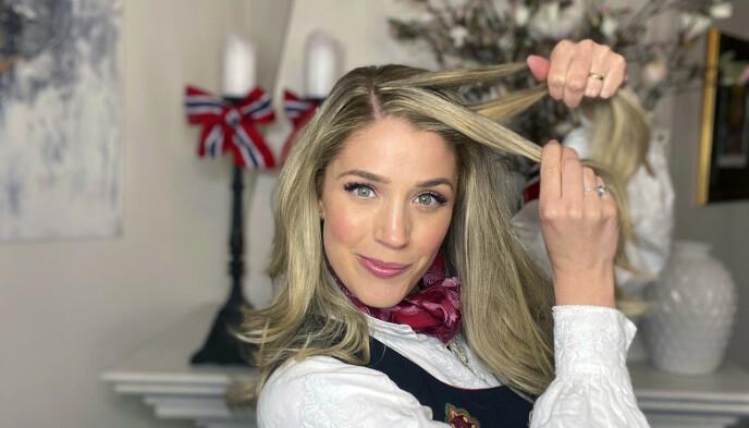 1. Vask håret kvelden før. Da får du ikke bare bedre tid, men også bedre hold i håret på selve dagen. Bruk teksturspray i hele håret for å få godt grep. Start med sideskill, og begynn på den siden av skillen med mest hår.