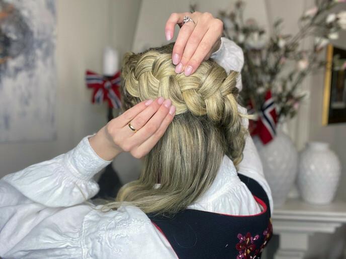 3. Spray hårspray over hele fletten før du drar den stor og fyldig. Her kan du jukse litt med å bruke hårluser for å feste fletten om du føler at den løsner litt.