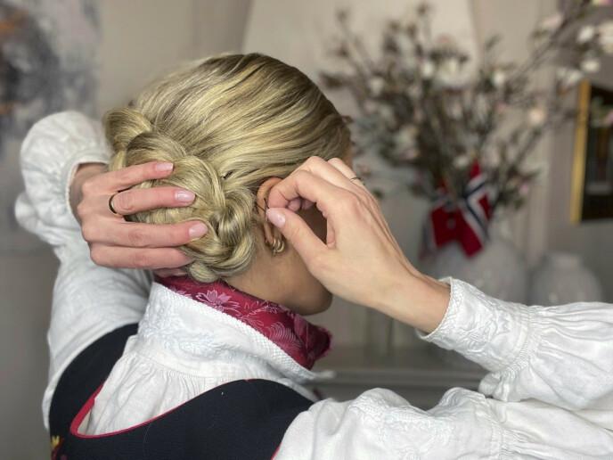 6. Fest med hårluser for å sørge for skikkelig hold. Avslutt med hårspray for å sikre frisyren.