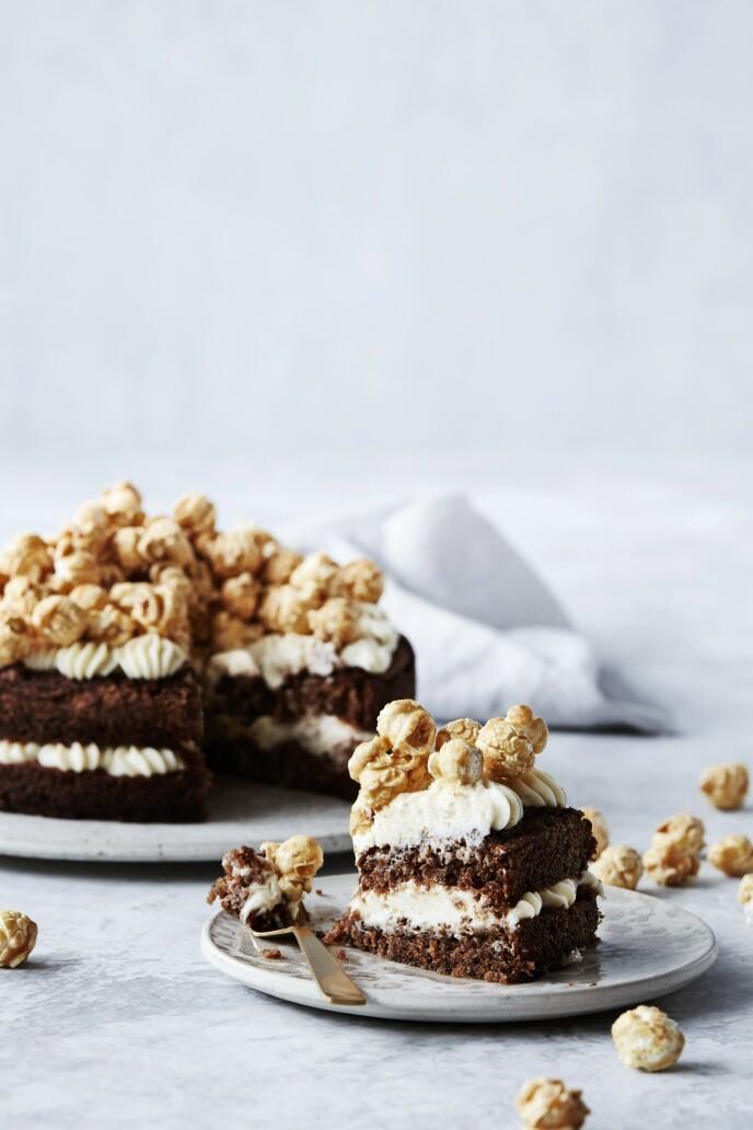 Du bruker vanlige ferdigpoppet popkorn, som du karamelliserer, når du lager toppingen til denne festlige kaken. Tips! De karamelliserte popkornene er alltid et populært innslag. FOTO: Stine Christiansen