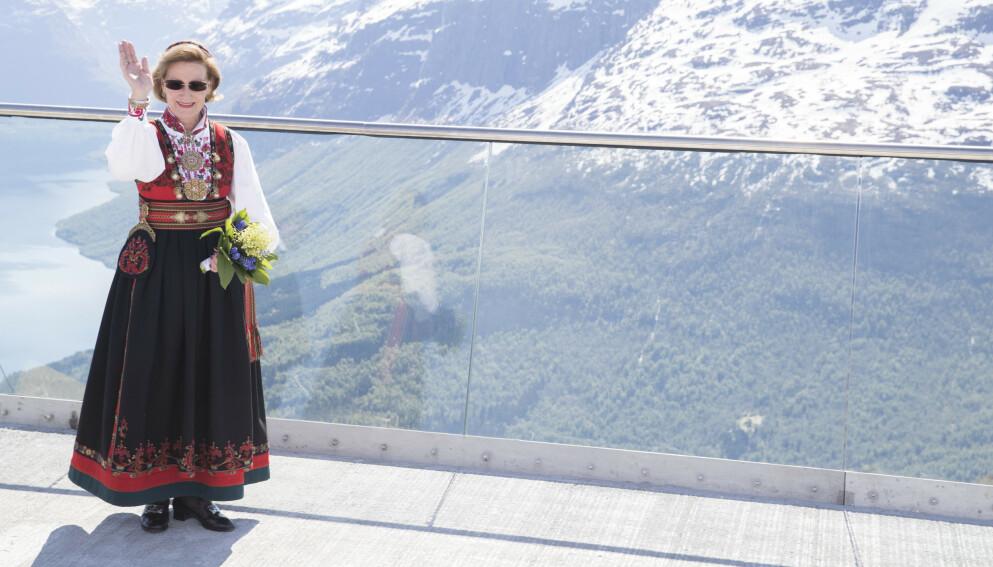 TIL TOPPS: Dette del én av en serie på fire saker, der vi ser nærmere på kongefamiliens bunader. Det er over 50 år siden dronning Sonja fikk sin Øst-Telemarksbunad. Skjorta har hun byttet ut underveis, men ellers er bunaden den samme. Her er hun under åpningen av Loen Skylift i 2017. Foto: Terje Pedersen/NTB