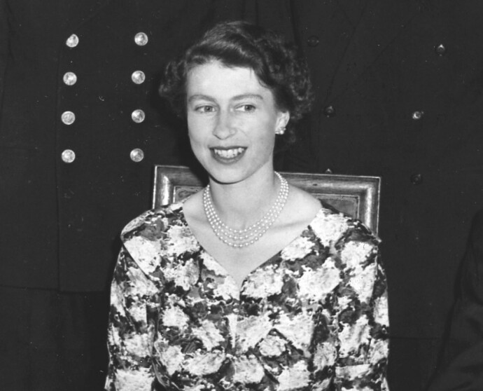 UNG DRONNING: Dronning Elizabeth på statsbesøk i Norge i 1955, sammen med sin mann prins Philip, som døde i 2021. FOTO: NTB