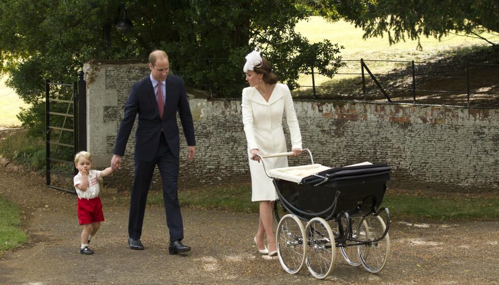 UT PÅ TUR: William og Kate med prins Georg og Charlotte, etter prinsessens dåp i St. Mary Magdalene Church i Sandringham 5. juli 2015. FOTO: NTB
