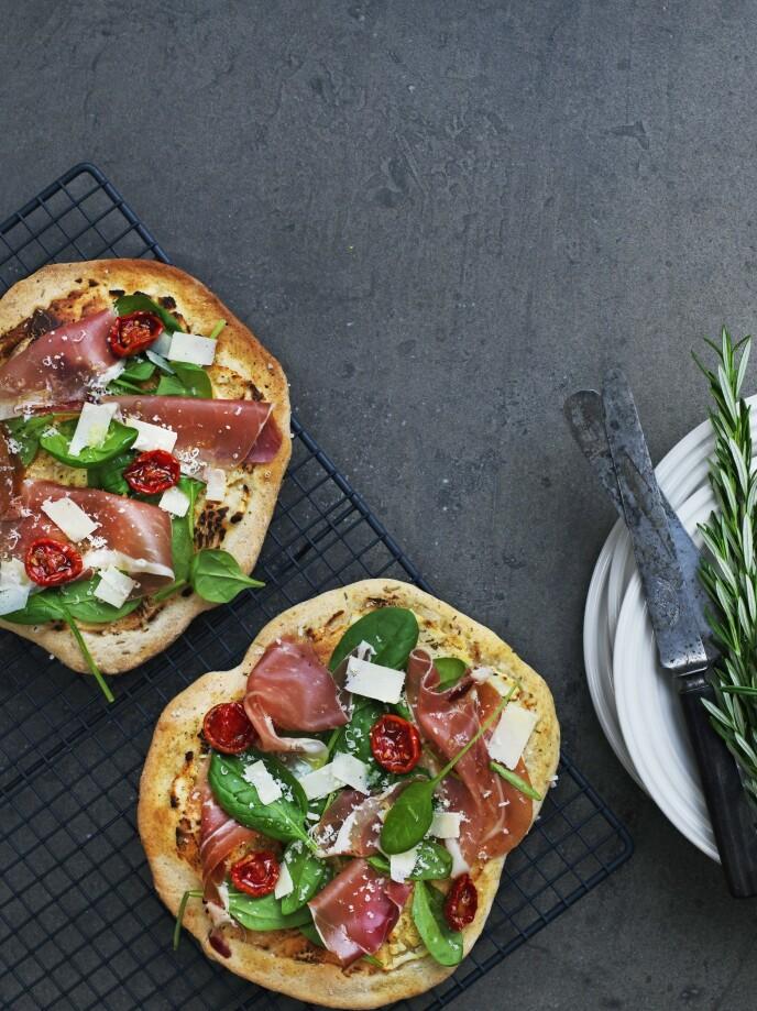 Sett gjerne pizzadeigen kvelden før eller tidlig om morgenen, og la deigen heve kjølig i minst 8 timer. Reduser i så fall gjæren ned til 5 g. FOTO: Columbus Leth