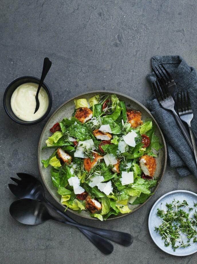 Hvis det er barn rundt bordet, kan de sprø kyllingnuggetsene, salat og dressing serveres i hver sin bolle, slik at de kan lage sin egen porsjon. FOTO: Columbus Leth