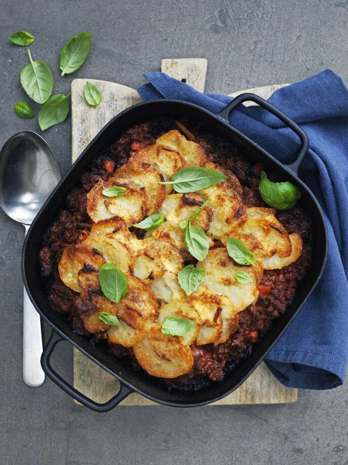 Forny den klassiske livretten ved å bytte ut spagetti med potetskiver, som legges over sausen og gratineres i ovnen. Tips! Bolognese med poteter kan bli din nye middagsfavoritt. FOTO: Columbus Leth