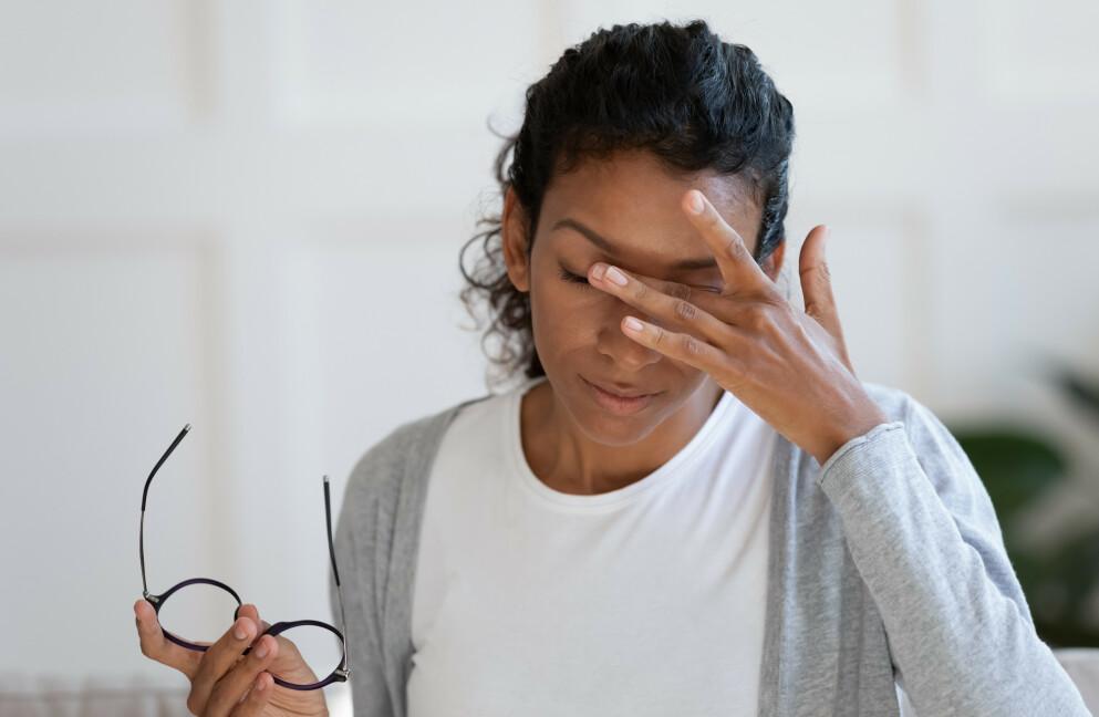 ØYEHELSE: De aller fleste nordmenn vet svært lite om synet og øyehelse. Åshild Martinsen, optiker ved Specsavers, mener at det kan være et problem. FOTO: NTB