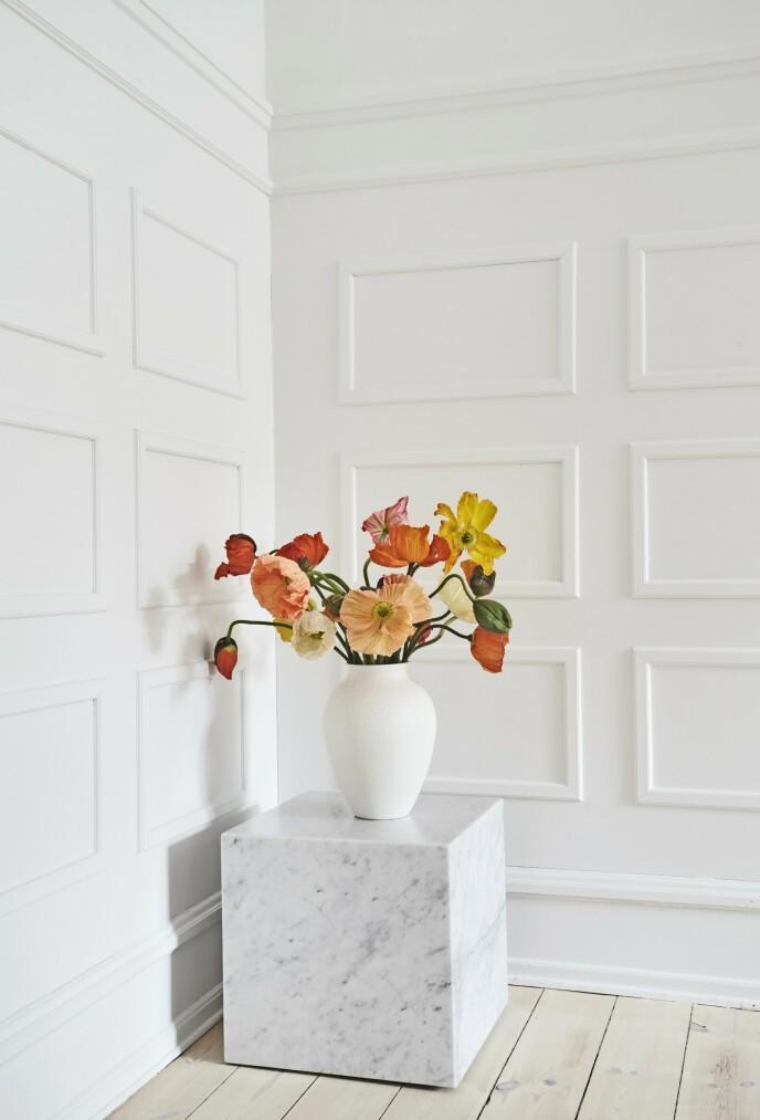 Gi et rom farge med blomster som lett kan skiftes ut etter humør. Marmorsteinen er fra Menu, og vasen er fra Knabstrup Keramik.
