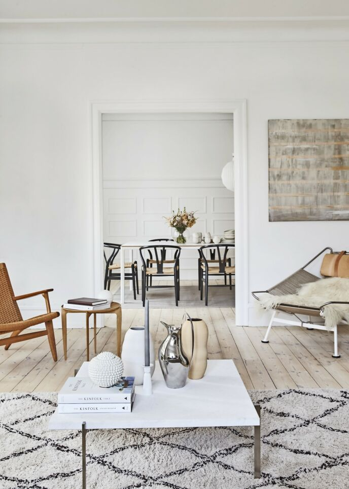 La sofabordet gå i flukt med døråpningen, slik at det blir symmetri i rommet. Sofabordet er designet av Poul Kjærholm. Tips! Hvis du vil skape sammenheng mellom store rom, kan du åpne opp mellom dem ved å fjerne dørene.