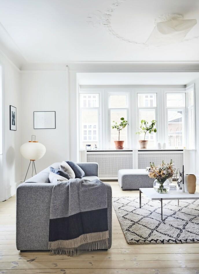 Sofaen er fra Hay, og gull-lampen er fra Akari hos Paustian. Tips! Hvis du innreder med massive møbler, kan det skape luft i rommet hvis du trekker dem ut fra veggen.