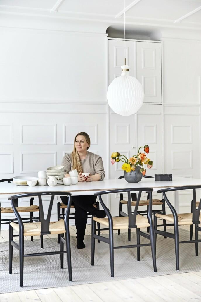 Over spisebordet henger «Fruktlykten», som Kaare Klint designet i 1944. I 2007 relanserte Le Klint den i en større versjon med messingoppheng.