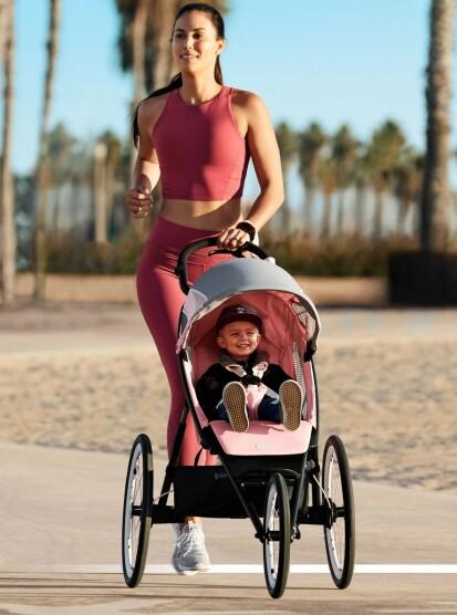 SPESIALDESIGNET: Avi – her i Silver Pink – er skreddersydd for løpe- og joggeentusiaster som stiller høye krav til kvalitet og funksjonalitet. FOTO: Cybex