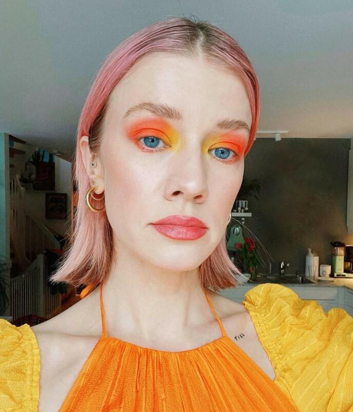 KNALL: Sterk oransje sminke vil garantert få deg til å føle deg fresh! Foto: Instagram @marianne_theodorsen