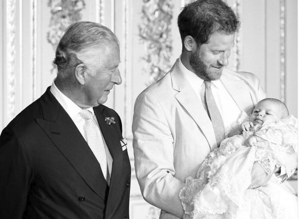 BESKYLDNINGER: Fansen var ikke nådig, og mente prins Charles forskjellsbehandlet barnebarna i forbindelse med Arhies toårsdag. FOTO: Instagram @clarencehouse/Chris Allerton