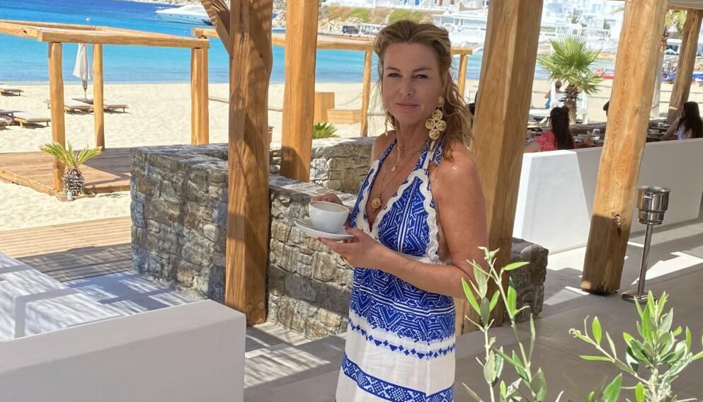 Gunilla Sterud har brukt Hellas som inspirasjon for sine glamorøse smykker som har blitt en stor hit. Og navnet Caprice Decadent er en hyllest til denne baren på Mykonos. FOTO: Privat