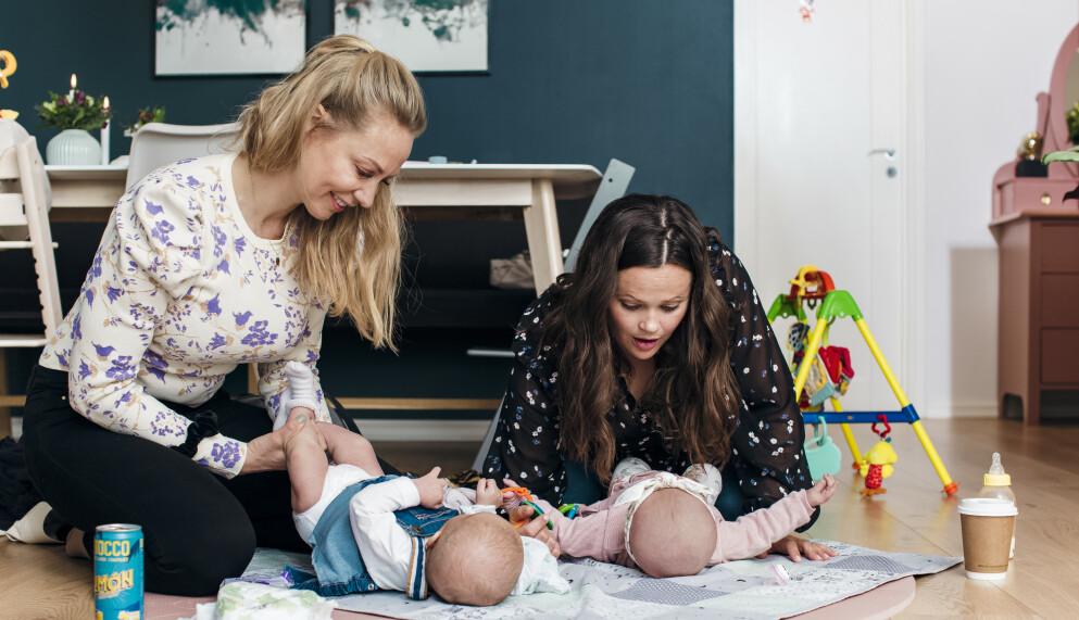 DET TREDJE SKIFTET: Silje Tonning (t.v) og Kristine Telebond har begge to barn, og kjenner seg godt igjen i beskrivelsen av kvinnen som hjemmets logistikksjef. Foto: Astrid Waller