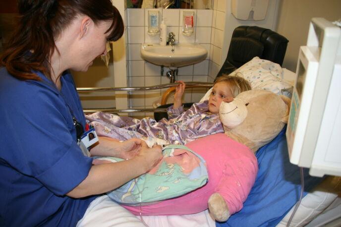 HVERDAG: Nora en av mange dager som ble tilbragt på sykehus. FOTO: Privat