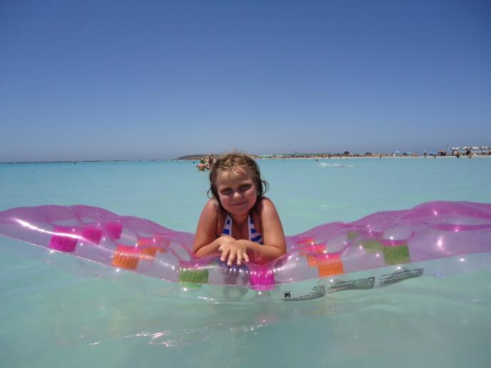 BLE FRISK: Etter tre år var Nora kreftfri og klar til å fortsette den ubekymrede barndommen. FOTO: Privat