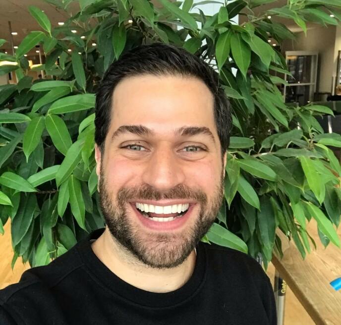 SOLPUDDERTIPS: Makeupartist Tomas Erdis elsker solpudder og har gitt oss sine beste tips. FOTO: Instagram @tomaserdismakeup