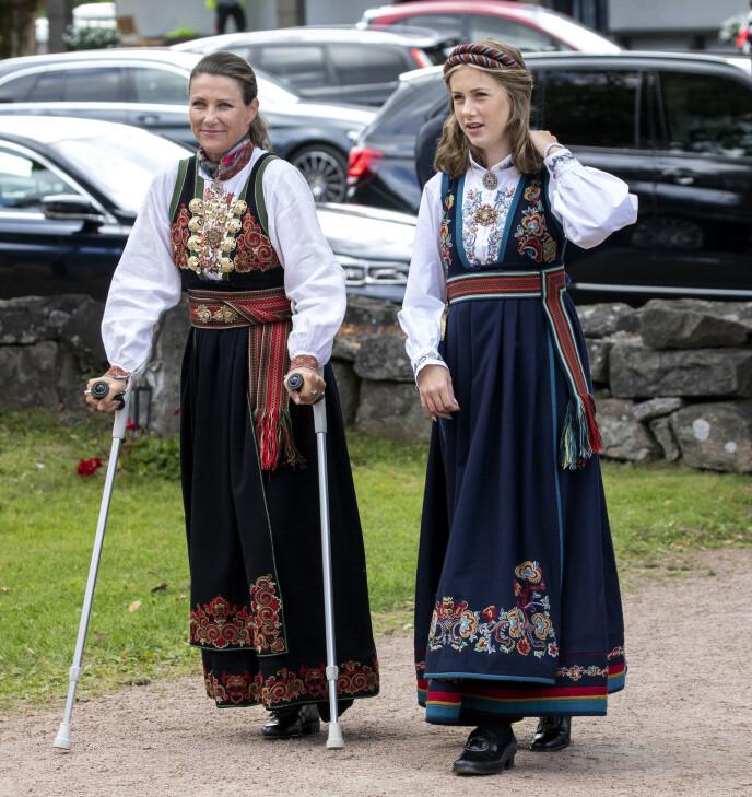 MOR OG DATTER: Av Märtha Louises fem bunader, er Øst-Telemarksbunaden den som er mest brukt. Her er prinsessen og datteren Leah under prins Sverre Magnus' konfirmasjon i fjor. Begge i Anne Bamle-bunader. FOTO: Andreas Fadum/Se og Hør