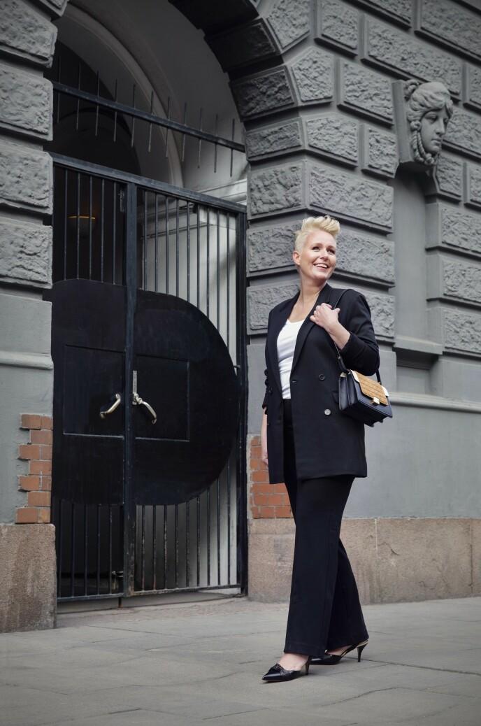 ETTER: Blazer (kr 3800), singlet (kr 450), dressbukse (kr 2400), veske (kr 3500) og pumps (kr 3200, alt fra By Malene Birger). Tips! Gjør den klassiske dressen mer rocka med en kul hårstyling. FOTO: Yvonne Wilhelmsen