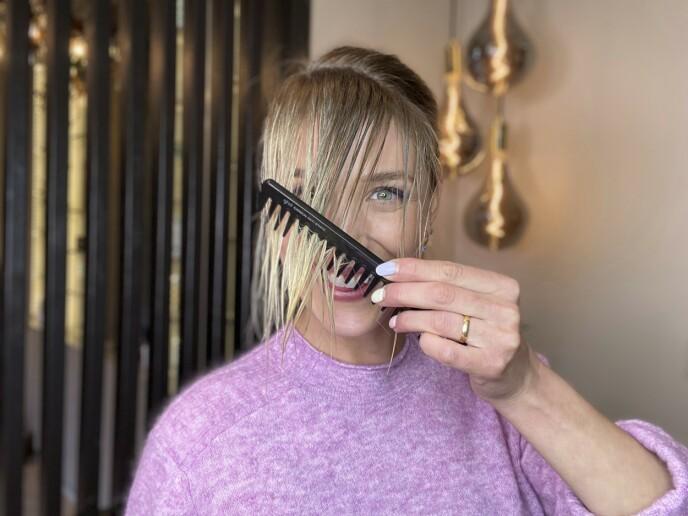 1. Gre luggen framover. Det er viktig at den fortsatt er fuktig, så et tips er å tilføre litt vann dersom håret ikke er nyvasket. For å påføre minst mulig slitasje er varmebeskyttelse viktig. Bruk derfor en varmebeskyttende spray i håret før du begynner føningen.