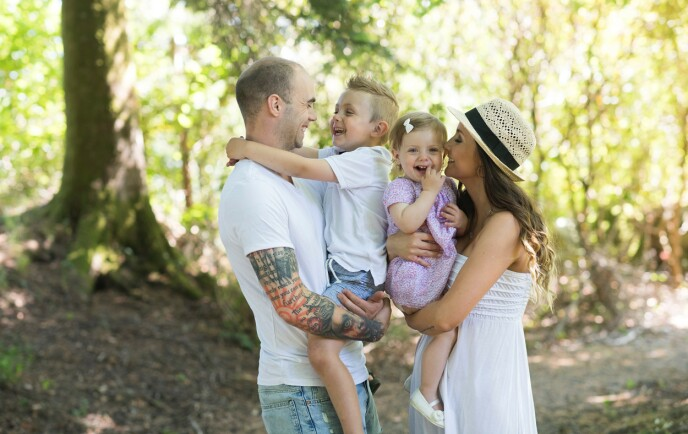 FAMILIE PÅ FIRE: Silje sammen med samboeren Espen, og barna Max og Mille. Bildet er tatt for et par år siden. Foto: Ottesen