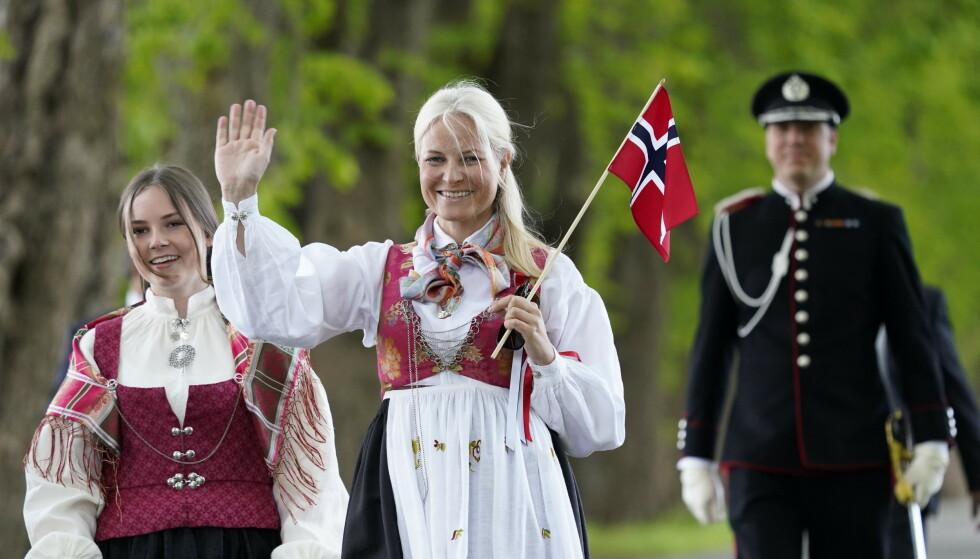 NORGES DYRESTE: Kronprinsesse Mette-Marit avbildet i det som omtales som Norges dyreste bunad - til en imponerende prislapp. Bildet er tatt på 17. mai 2020, med Ingrid Alexandra i Asker-bunad. Foto: NTB