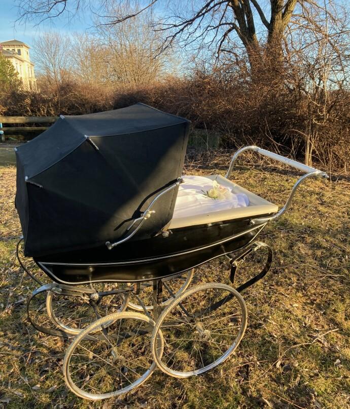 FRA VUGGE TIL GRAV: Jannike Mittet låner ut en barnevogn, der den lille kisten kan trilles frem til graven. FOTO: Adjø lille venn