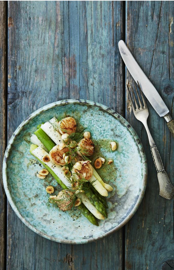 Kamskjell utstråler luksus, og sammen med hvite og grønne asparges blir denne følelsen bare enda sterkere. Tips! Du kan også tilberede asparges på grillen. Bare pass på at de ikke får for mye varme. FOTO: Stine Christiansen
