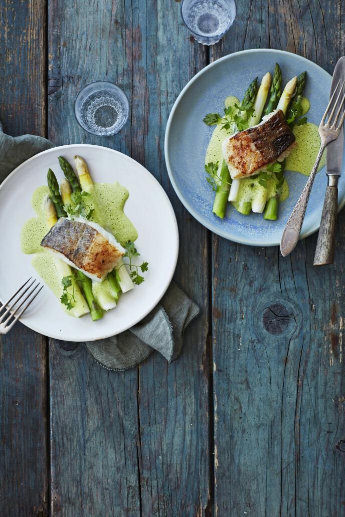 Dette er en elegant servering hvor fisk og asparges bindes sammen av en luftig, vårgrønn saus. FOTO: Stine Christiansen