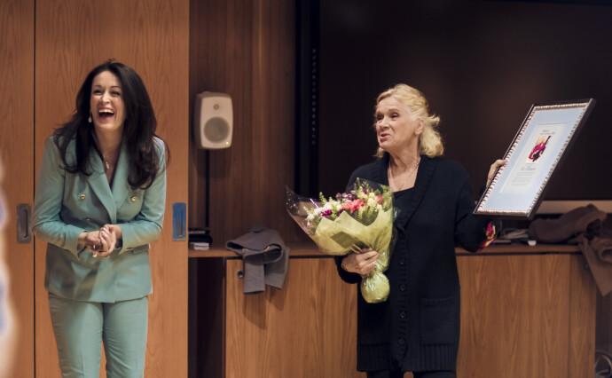TUSEN TAKK!: Det var god stemning da redaktør Ingeborg Heldal overrakte film- og teaterlegende Liv Ullmann æresprisen 2020 i KKs «Årets kvinner»-kåring. FOTO: Astrid Waller