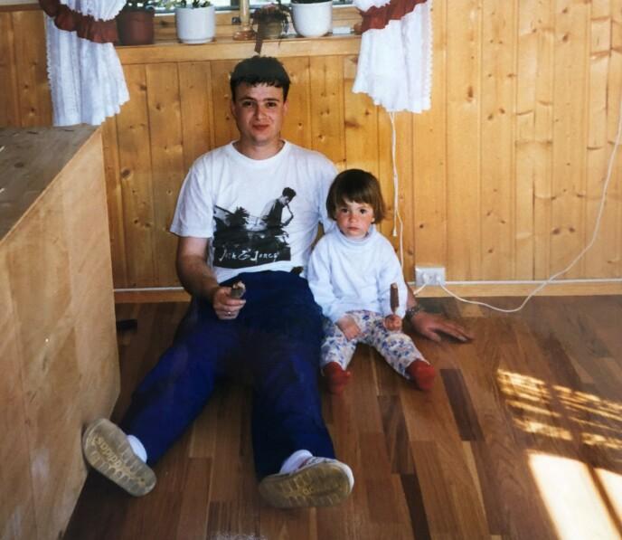 FAR OG DATTER: Kurt og Veronica hjemme på Hamar en gang på 90-tallet. FOTO: Privat